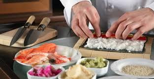 Sushiman Preparando Sushi na Cozinha